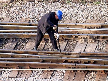 This rail worker faces many dangers every day. If you have been injured while working for a railroad company, call a Killeen FELA attorney now.